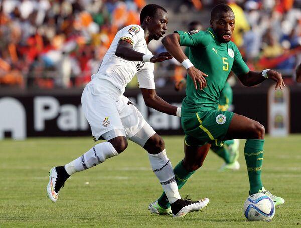 Полузащитник сборной Ганы Рабиу Мохаммед и полузащитник сборной Сенегала Папе Диоп (слева направо)