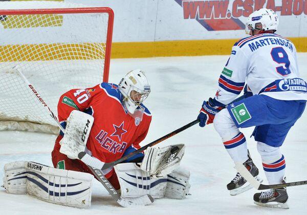 Вратарь ЦСКА Станислав Галимов (слева) и нападающий СКА Тони Мортенссон