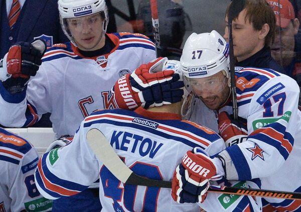 Хоккеисты СКА Илья Ковальчук и Евгений Кетов (справа)