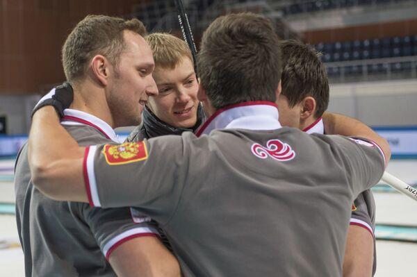 Слева - Антон Калалб, второй слева - Евгений Архипов. Керлингисты сборной России