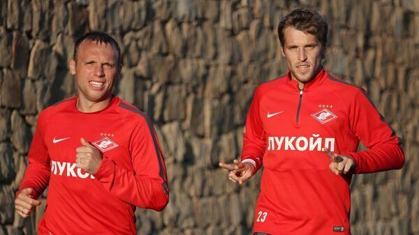 Полузащитники ФК Спартак Денис Глушаков (слева) и Дмитрий Комбаров