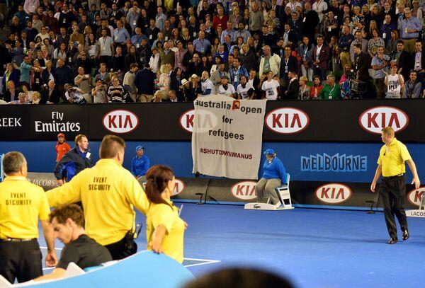 Болельщики во время финального матча Australian Open Маррей - Джокович с баннером со словами Australia Open for refugees (Австралия открыта для беженцев)