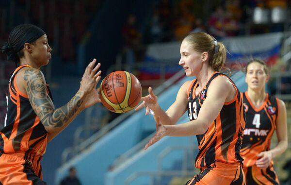 Баскетболистки команды УГМК Деанна Нолан, Наталья Анойкина и Ольга Артешина (слева направо)