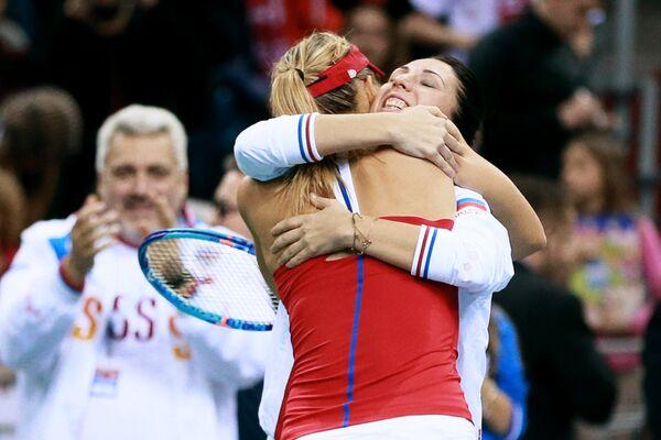 Мария Шарапова (слева) принимает поздравления от  Анастасии Мыскиной