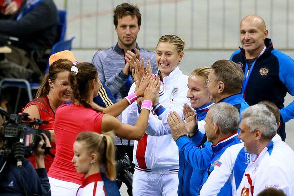 Женская сборная поздравляет пару Анастасии Павлюченковой (справа) и Виталии Дьяченко с победой в четвертьфинальном матче Кубка Федерации