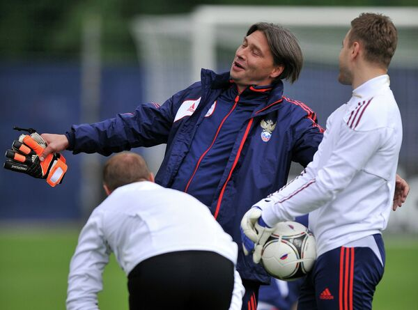 Тренер вратарей сборной России по футболу Сергей Овчинников во время тренировки
