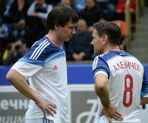Егор Титов (слева) и Дмитрий Аленичев  в матче Кубка легенд -2015 против сборной Нидерландов