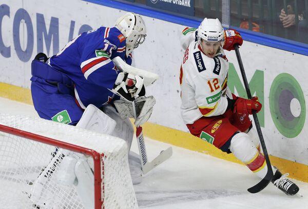 Вратарь ХК СКА Микко Коскинен (слева) и нападающий ХК Йокерит Стив Мозес