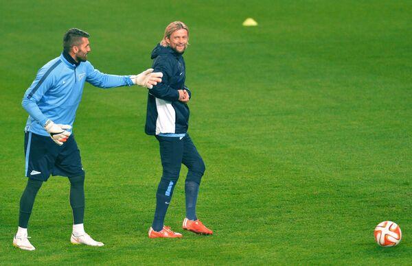 Вратарь Зенита Юрий Лодыгин (слева) и полузащитник Зенита Анатолий Тимощук на тренировке
