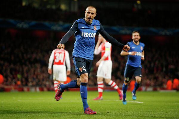 Нападающий Монако Димитр Бербатов радуется забитому мячу в ворота Арсенала