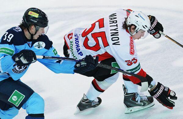 Игрок Сибири Степан Санников (слева) и игрок Трактора Егор Мартынов.