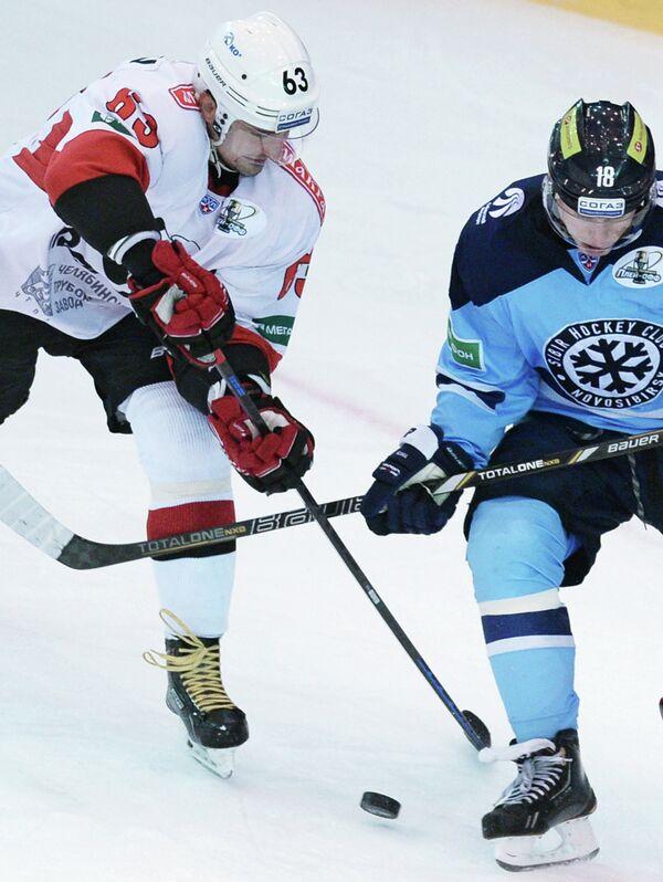 Игрок Сибири Дмитрий Кугрышев (справа) и игрок Трактора Максим Кондратьев.