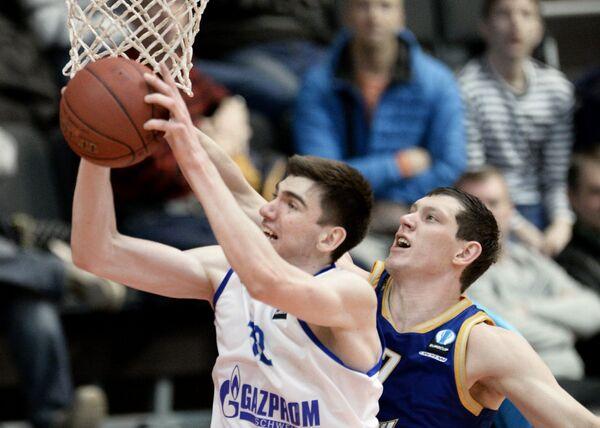 Центровой Зенита Андрей Десятников (слева) и центровой БК Химки Руслан Патеев