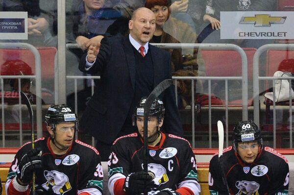Андрей Николишин (в центре) и хоккеисты Трактора