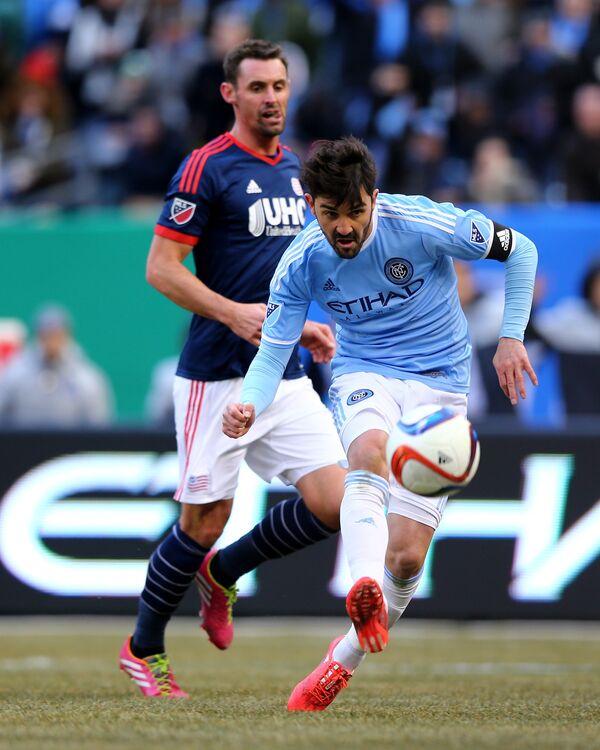 Нападающий Нью-Йорк Сити Давид Вилья забивает мяч