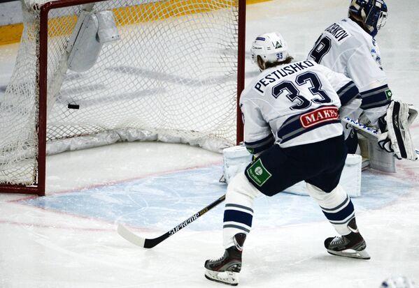 Вратарь Динамо Александр Шарыченков (справа) пропускает гол