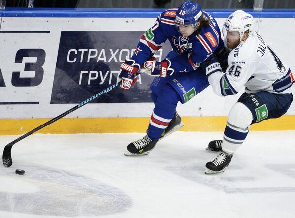 Форвард СКА Виктор Тихонов (слева) и нападающий Динамо Янне Яласваара
