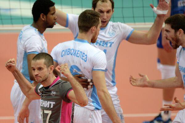 Игроки ВК Зенит-Казань радуются забитому мячу