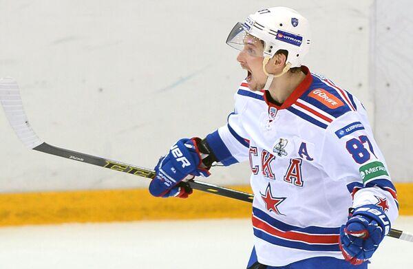 Вадим Шипачёв радуется забитой шайбе