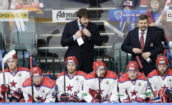 Главный тренер ЦСКА Дмитрий Квартальнов (справа) и тренер ЦСКА Владимир Чебатуркин