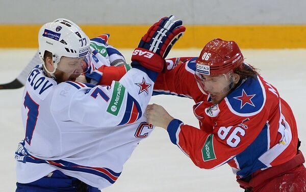 Защитник СКА Антон Белов (слева) и нападающий ЦСКА Игорь Макаров