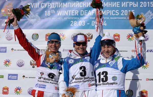 Призеры масс-старта среди женщин на XVIII Сурдлимпийских зимних играх в Ханты-Мансийске во время церемонии награждения