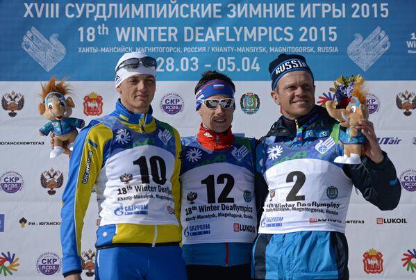 Призеры масс-старта среди мужчин на XVIII Сурдлимпийских зимних играх в Ханты-Мансийске во время церемонии награждения