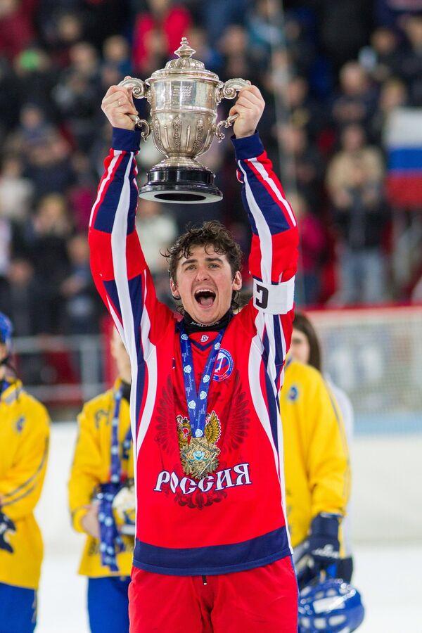 Нападающий сборной России по хоккею с мячом Сергей Ломанов радуется победе