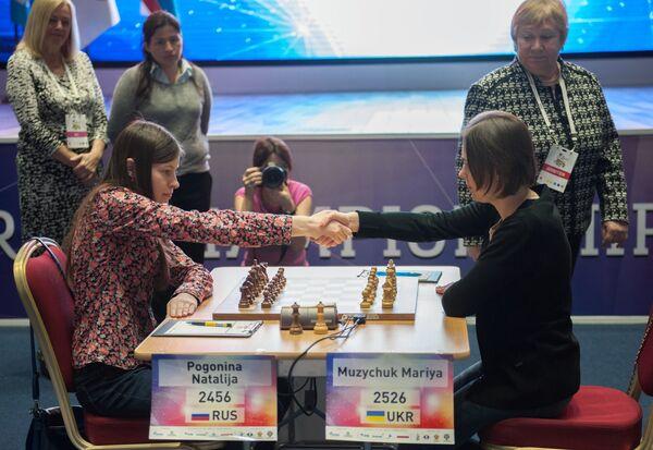 Украинка Мария Музычук (справа) и россиянка Наталья Погонина