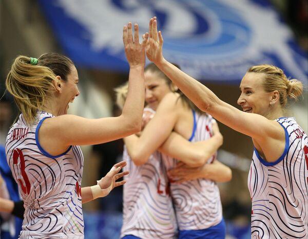 Волейболистки краснодарского Динамо Жозефа Фабиола де Соуза (слева) и Любовь Соколова радуются выигранному очку