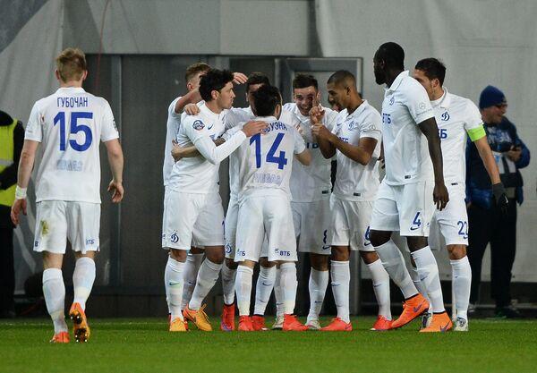 Игроки Динамо празднуют гол