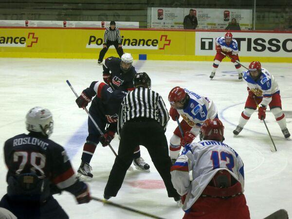 Игровой момент матча юниорскими сборнымий России и США