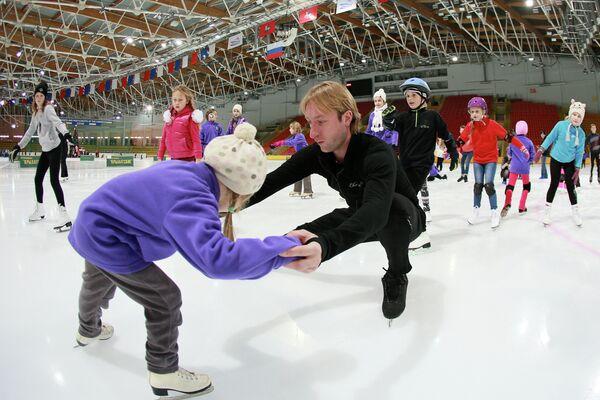 Евгений Плющенко проводит мастер-класс на льду для московских школьников