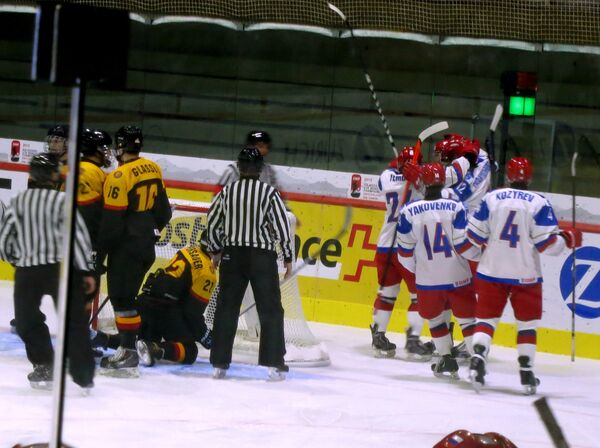 Хоккеисты юниорской сборной России (справа) и сборной Германии (слева)