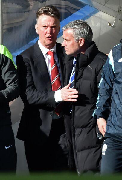 Главный тренер Манчестер Юнайтед Луи Ван Гал и главный тренер Челси Жозе Моуринью (слева направо)