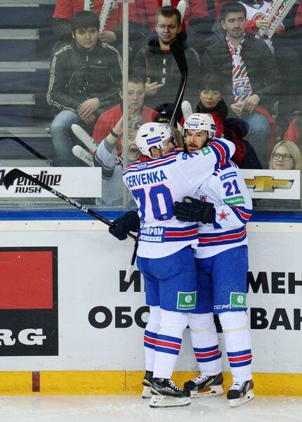Хоккеисты СКА Роман Червенка (слева) и Джимми Эрикссон радуются заброшенной шайбе