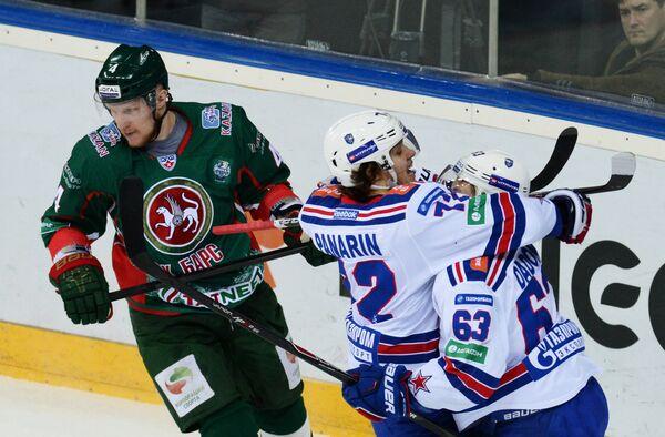 Хоккеисты СКА Артемий Панарин (в центре) и Евгений Дадонов (справа) радуются заброшенной шайбе
