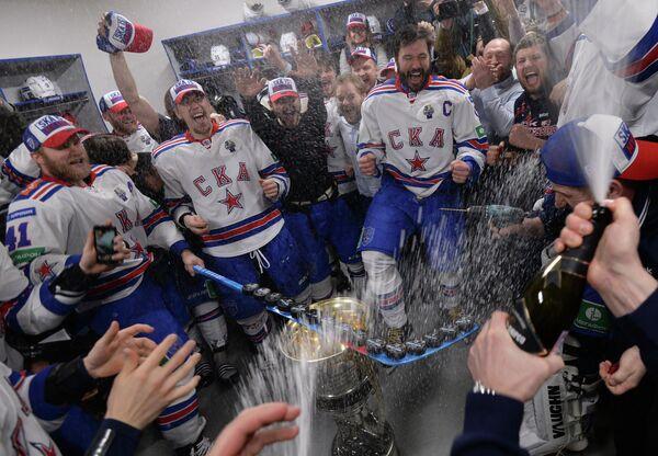 Хоккеисты СКА празднуют победу после церемонии награждения