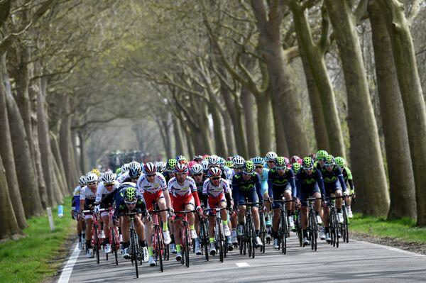 Велогонщики во время классической гонки Мирового тура Флеш Валонь