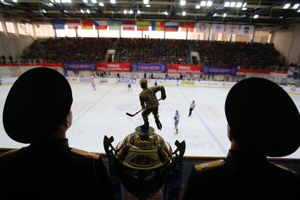 Главный трофей МХЛ Кубок Харламова на трибуне МА Юбилейный