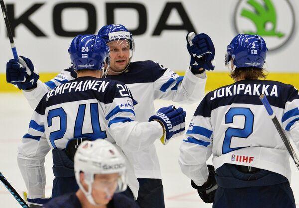 Хоккеисты сборной Финляндии Йоонас Кемппайнен, Ансси Салмела и Юрки Йокипакка (слева направо) радуются заброшенной шайбе