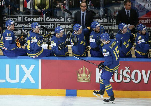 Форвард сборной Швеции Маттиас Шёгрен радуется заброшенной шайбе