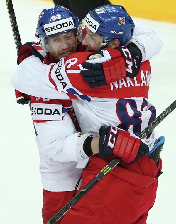 Хоккеисты сборной Чехии Якуб Ворачек (слева) и Якуб Накладал