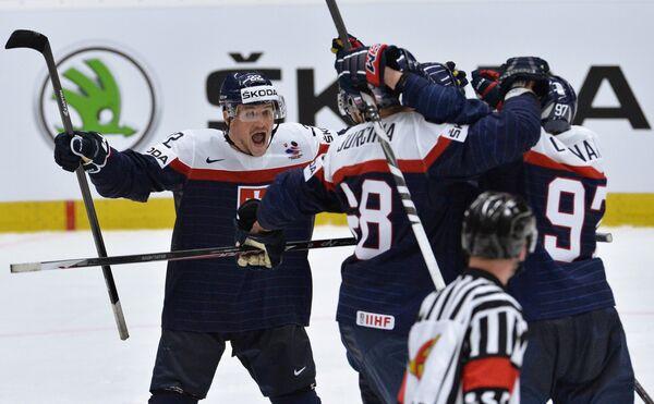 Хоккеисты сборной Словакии радуются заброшенной шайбе