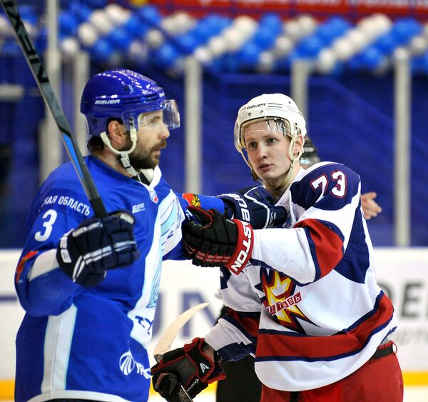 Денис Вихарев (справа)