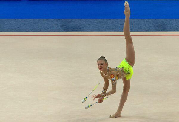 Александра Солдатова выступает на чемпионате Европы по художественной гимнастике