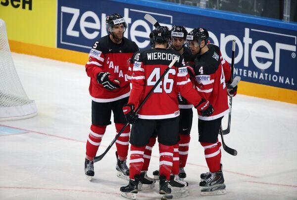 Хоккеисты сборной Канады радуются забитой шайбе