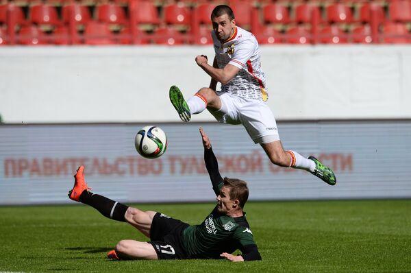 Защитник Краснодара Виталий Калешин (слева) и нападающий тульского Арсенала Александр Кутьин