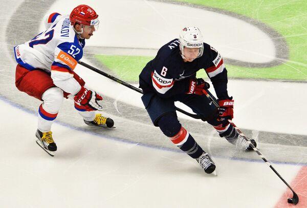 Нападающий сборной России Сергей Широков (слева) и защитник сборной США Майк Райлли