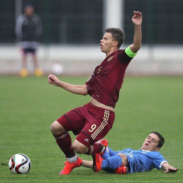 Нападающий юношеской сборной России Артем Галаджан (слева) и защитник юношеской сборной Греции Катранис Александрос